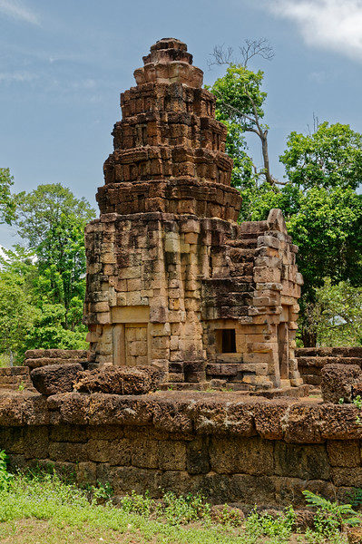 The principal tower at Prasat Ta Muean Toht