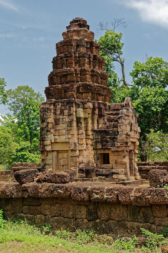 The principal tower at Prasat Ta Muean Toht