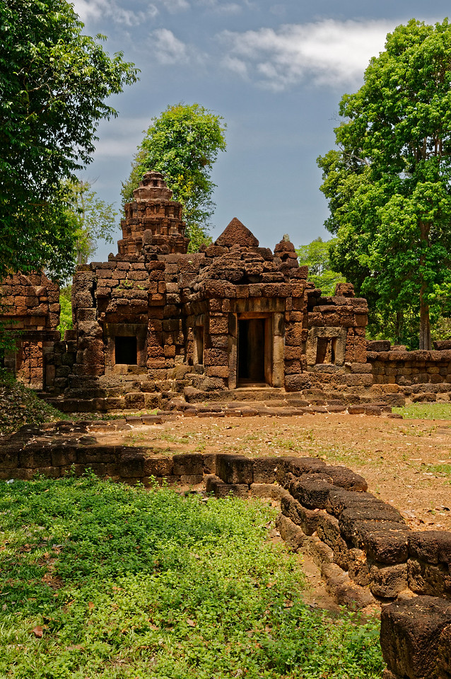 During Jayavarman VII's reign, numerous hospitals were built throughout the kingdom. Prasat Ta Muean Toht, seen here, is believed to have served as a place of worship for one such hospital, whose wooden buildings would not have endured. It would have been closely allied with nearby Prasat Ta Muean Thom and Prasat Ta Muean.