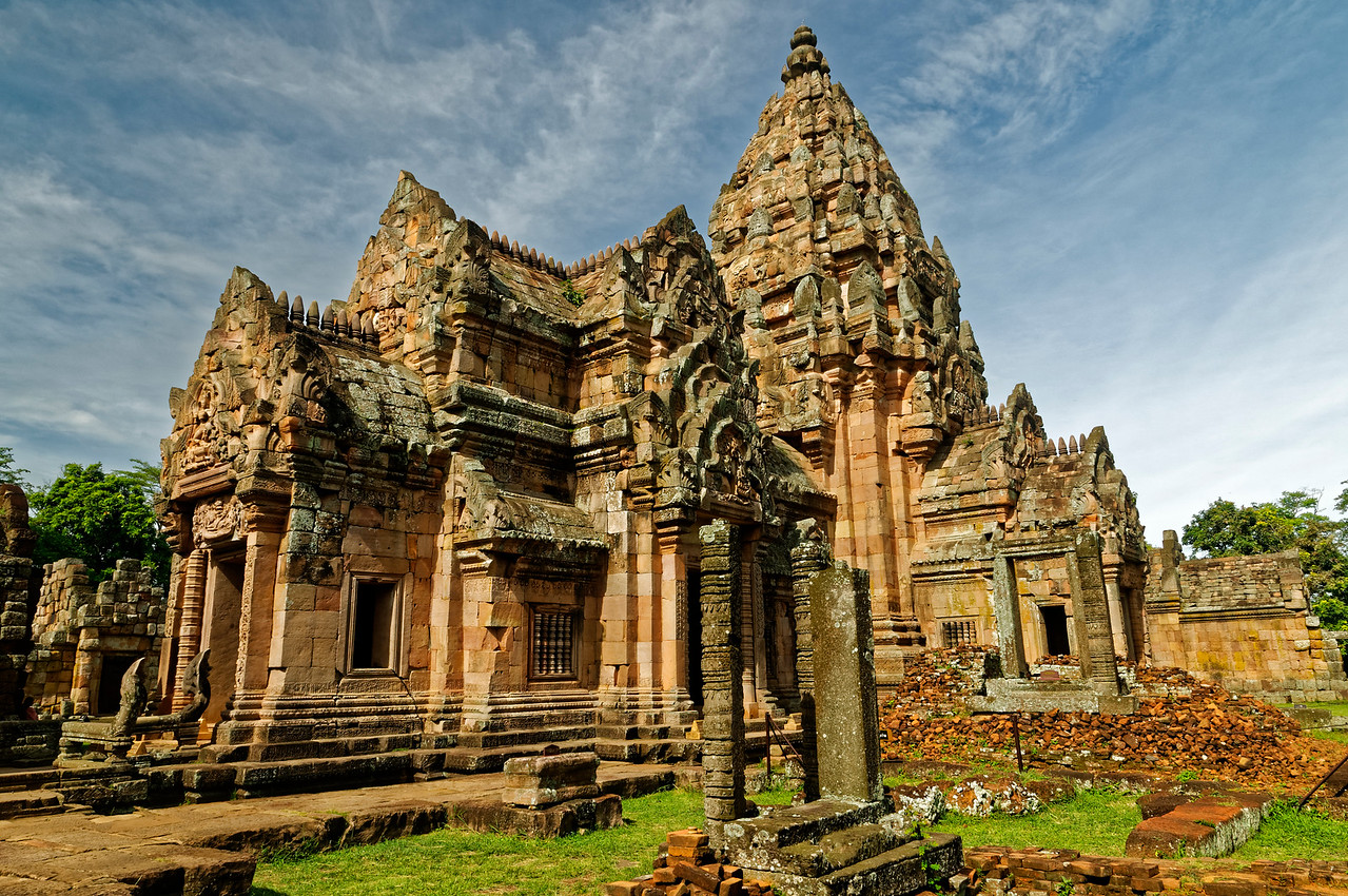 Another view of the inner sanctuary: <i>mandapa</i> on the left, central tower to the right