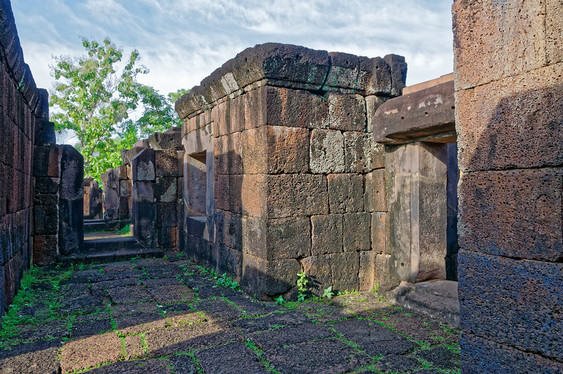 The laterite gallery walls were massive structures.