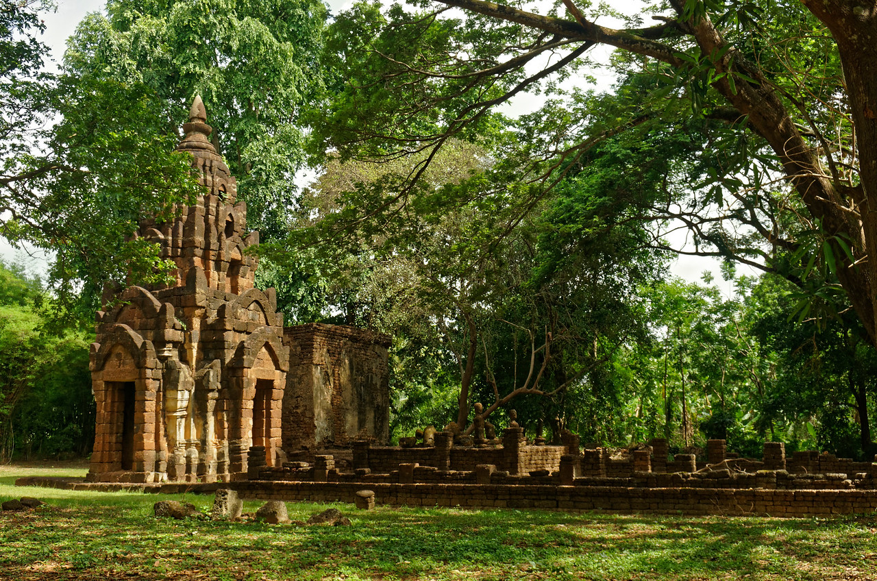 Also in neighboring Chaliang are the laterite ruins of a Khmer temple, Wat Chao Chan, dating from the 13th century.