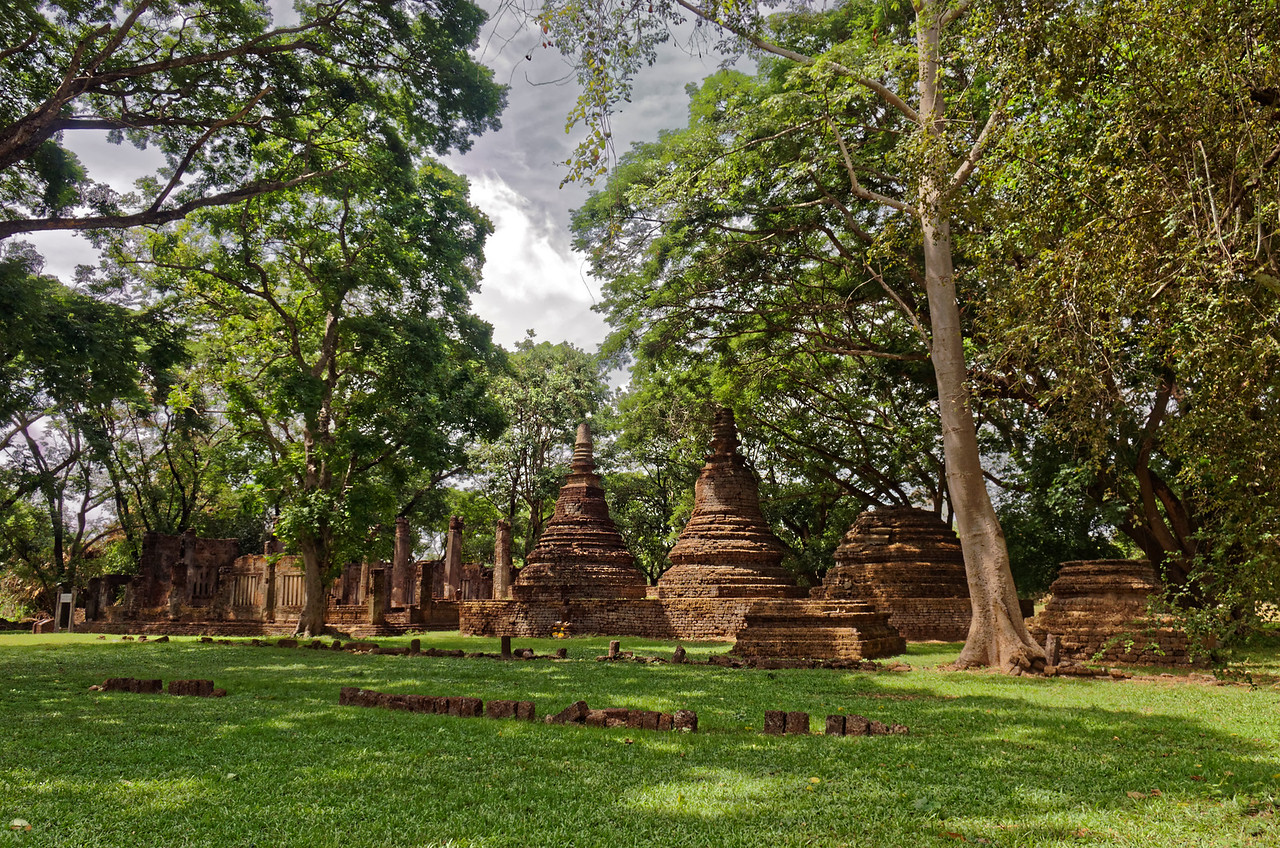 Wat Khok Singkharam is in Chaliang, an ancient town that predates the founding of neighboring Si Satchanalai. The existing ruins of its stupas show the influence of Sri Lanka in their bell-shaped relic chambers.