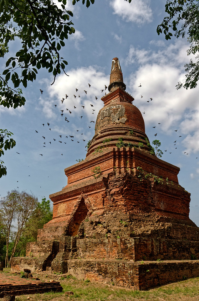 Wat Si Pichit Kirati Kanlayaram lies to the south outside the walled inner city of Sukhothai, dating from 1400 AD. It's main <i>chedi</i>  with bell-shaped relic chamber, raised on a high base with four tiers, was unusual for the Sukhothai era.
