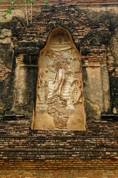 Some sense of the exquisitely-carved reliefs on the exterior walls of the <i>mondop</i> at Wat Traphang Thong Lang may still be gained, despite their highly damaged condition.