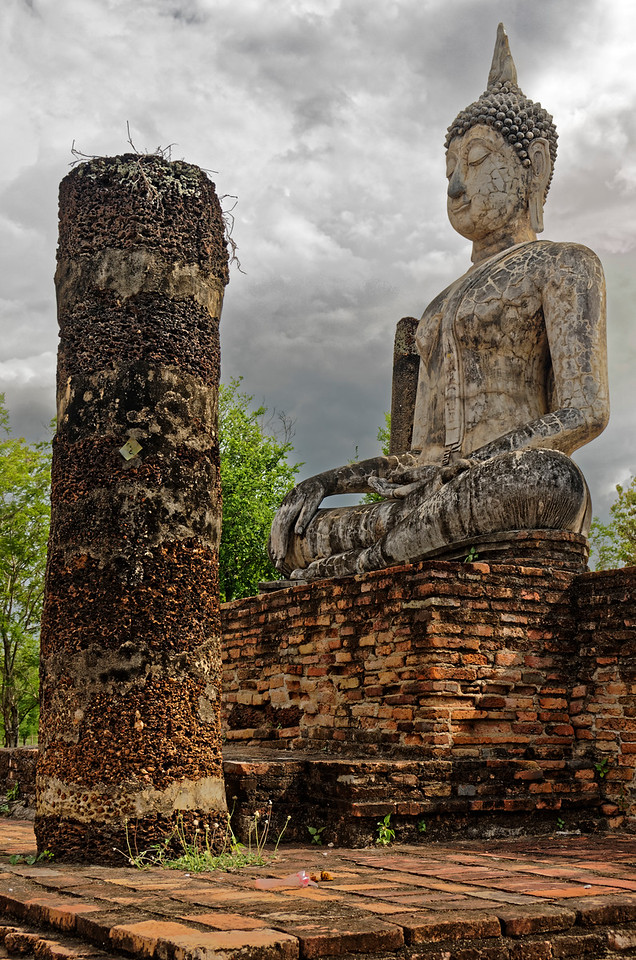 Seated Buddha image in <i>bhumisparsa mudra,</i> Subduing Mara or Calling the Earth to Witness, at Wat Traphang Ngoen
