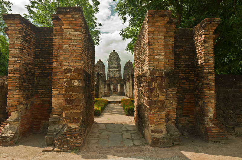 Wat Si Sawai, a Khmer-style temple thought to have been built in the 13th century, before the founding of the city of Sukhothai, lies just to the southwest of Wat Mahathat. It would have served originally as a Brahmin place of worship.