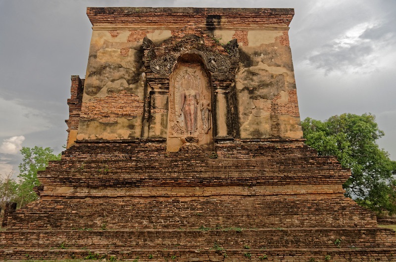 The other three exterior walls of the <i>mondop</i> at Wat Traphang Thong Lang contained exquisite relief carvings depicting episodes from the life of the Buddha.