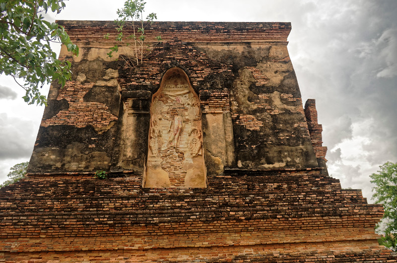 Though now in a great state of deterioration, what remains of the relief carvings at Wat Traphang Thong Lang indicates a high level of artistic skill went into their creation.
