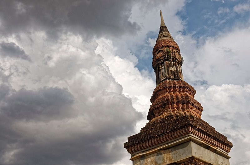 The temple's <i>chedi</i> is unique in having four niches below the typical Sukhothai-style lotus-bud relic chamber and finial. Each niche was designed to hold a standing Buddha image.