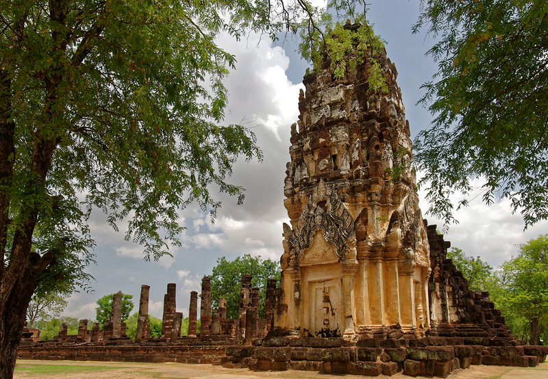 At one time Wat Phra Phai Luang rivaled Wat Mahathat in importance. Today, only one of its three original towers still remains, on a raised platform that also supports the ruins of an assembly hall and small <i>chedi.</i>