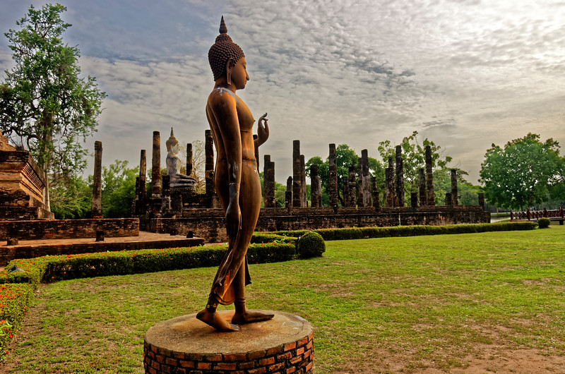 Wat Sa Si's is an especially fi􀈹ne example of the characteristic Sukhothai Walking Buddha, particularly in the graceful and dynamic sweep and fl􀉐ow of its lines.