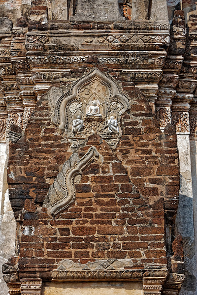 Unlike the temples at, for example, Phimai and Angkor, Phra Si Rattana Mahathat was made of laterite, with a superficial stucco covering that provided a far more easily worked surface for carving than that afforded by the solid sandstone of the earlier temples.