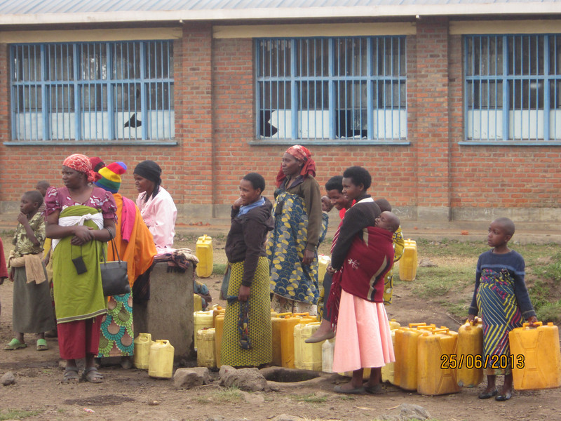 """Dry season: Women and children standing in line for free water"""