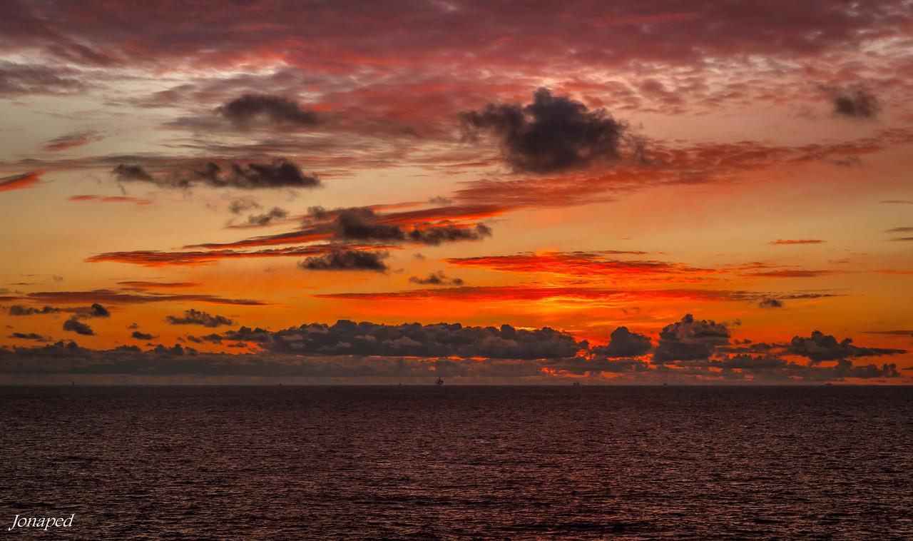 Solnedgang mot Gullfaksfeltet/Sunset towards the Gullfaks Oilfield