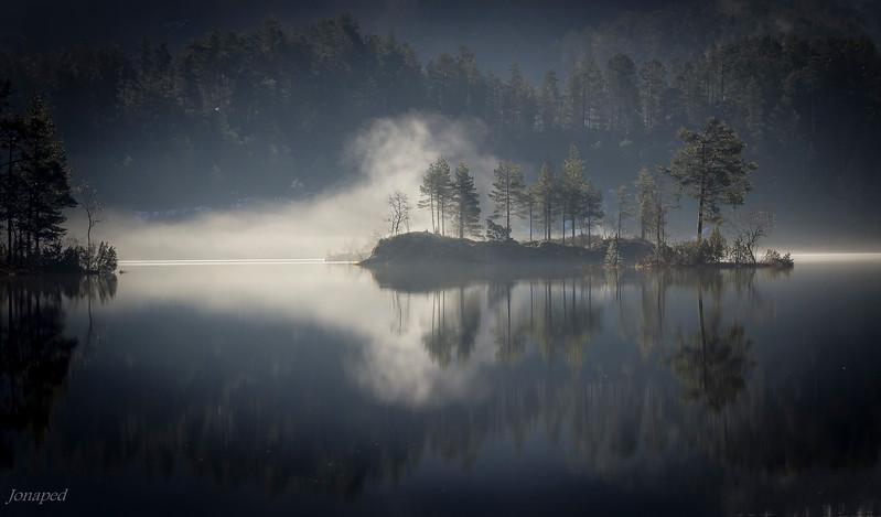 Morgontåke på Bekkjevatnet/Morning mist over the lake Bekkjevatnet