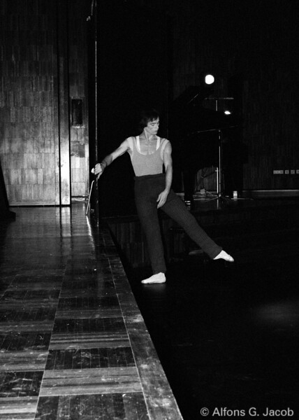 Rudolf Nureyev backstage during morning exercice, 1978