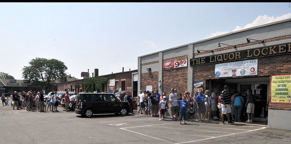 Gloucester: A large crowd waited outside in the hot sun at the Liquor Locker Sunday afternoon to meet Troy Brown, the Former New England Patriots all-time leading receiver, who is now a part-owner of Narragansett Beer. Desi Smith Photo/Gloucester Daily Times. August 16,2009.