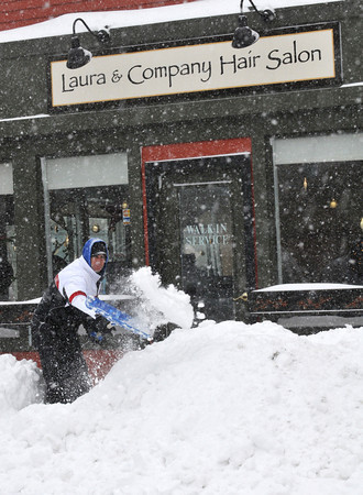 Gloucester: Chris Ferrante removes the snow in front of his sister Laura Ferrante Salon, sunday afternoon on Main St. Desi Smith Photo/Gloucester Daily Times. December 20,2009.