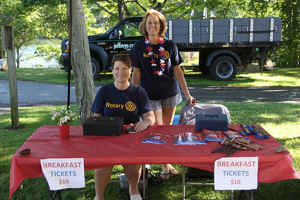 Sarah Buck and Sarah Willwerth-Dyer sell admission tickets.<br /> Vincenzo Dimino/Photo
