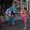 """Balloonatik"" Linda Peck entertains children during the block party. Vincenzo Dimino/Photo"