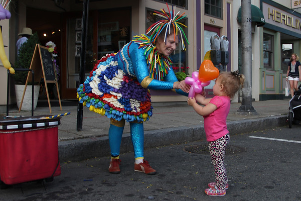 """Balloonatik"" Linda Peck entertains children during the block party. Vincenzo Dimino/Photo"