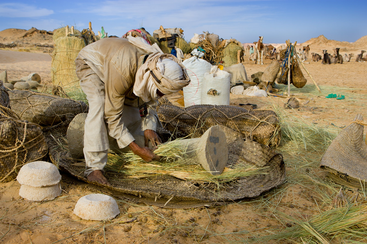Preparing to load the salt pillars on to the camels. Bilma.