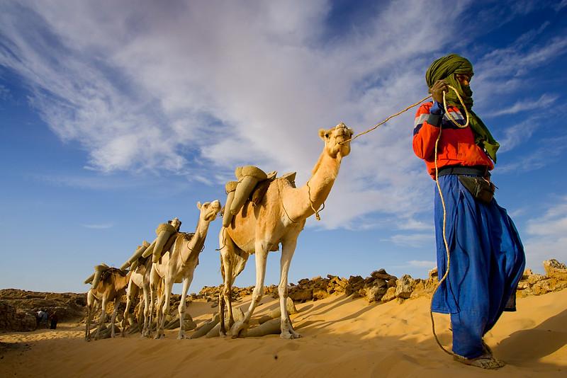 Transporting the salt pillars down to the waiting caravans. Bilma.