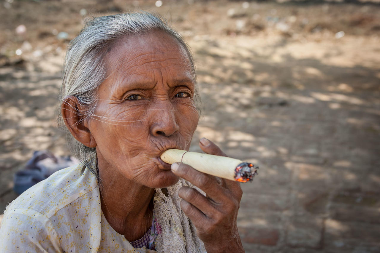Smoking a cheroot. Bagan.