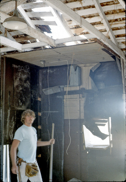 Removing the metal-lined room, 4/3/1982. acc2005.001.0197