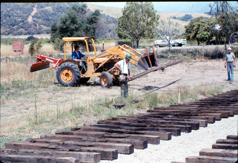 Laying of the standard-gauge track, 5/11/1985 acc2005.001.0514