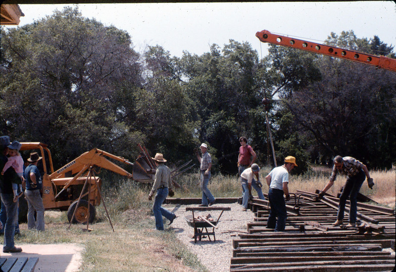 Laying of the standard-gauge track, 5/11/1985 acc2005.001.0525K