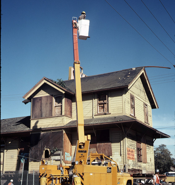 Moving Day, 11/18/1981. Utility-line work on Kellogg Avenue. acc2005.001.0086
