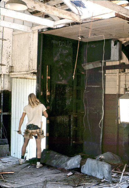 Removing the metal-lined room, 4/3/1982. acc2005.001.0196