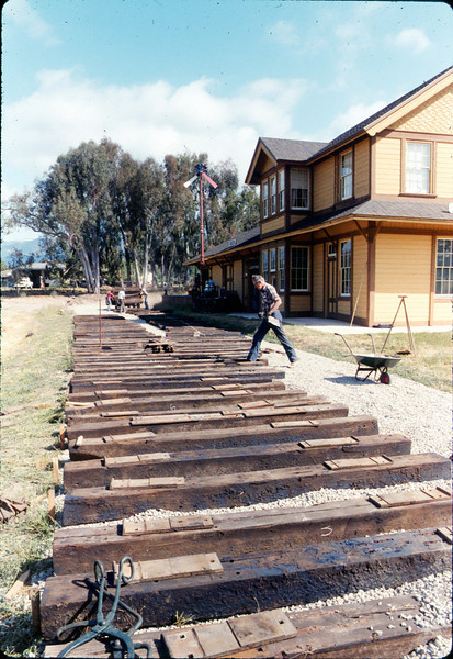 Laying of the standard-gauge track, 5/11/1985 acc2005.001.0510