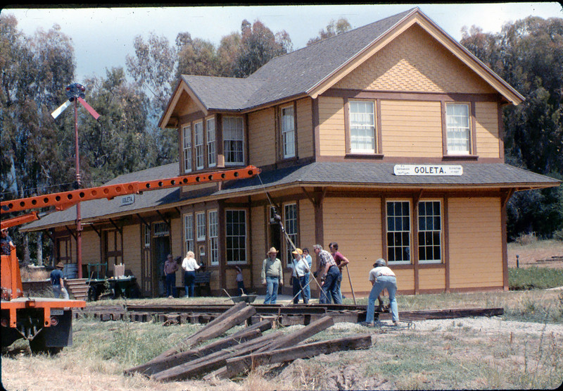 Laying of the standard-gauge track, 5/11/1985 acc2005.001.0525B