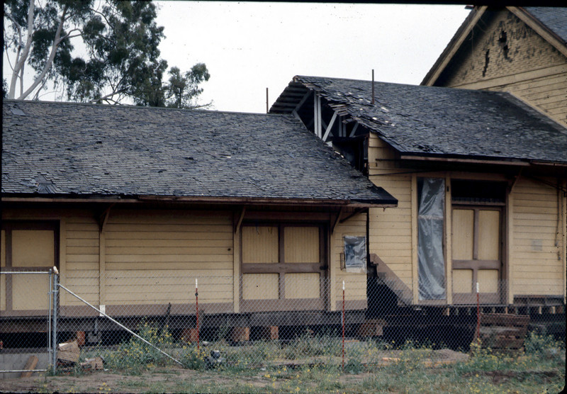 Smaller piece of Goleta Depot is lowered into place, 3/1/1982. acc2005.001.0169