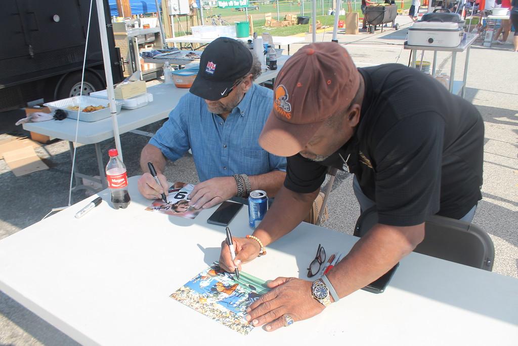 . Kristi Garabrandt - The News-Herald <br> Cleveland Browns, Greg Pruitt and Bob Golic signs autographs.