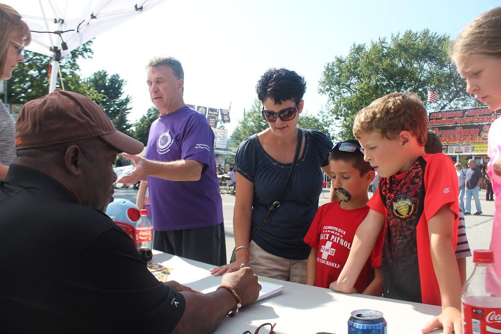 . Kristi Garabrandt - The News-Herald <br> Five time Pro-Bowler, Cleveland Browns, Greg Pruitt signs autographs.