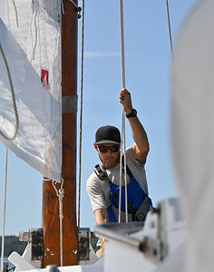 20190826_4358 Triming the mainsail