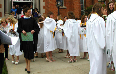 Diane Raver | The Herald-Tribune<br /> NEWLY GRADUATED young men and women celebrate.