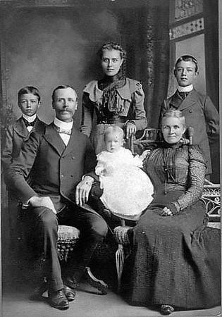 LoarPortraitUnidentifiedFamilyGraftonWV1890-1910
