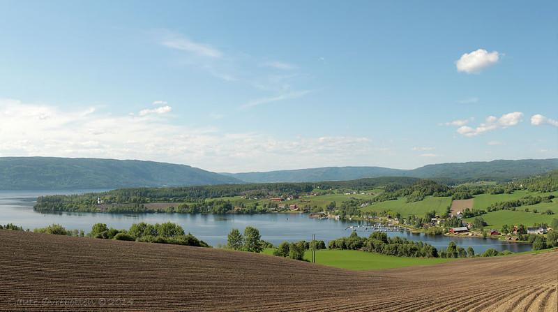 Røykenvika sett frå Julibakka. Nes kirke ute på odden. <br /> Røykenvika, a bay in Lake Randsfjorden. 8 photo panorama stiched in PtGui.