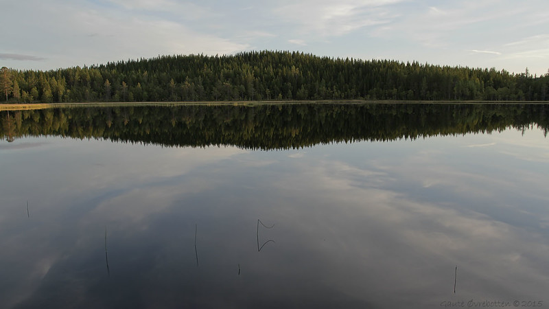 Septemberkveld ved (vestre) Stråtjern på Øståsen.<br /> Lake reflection.