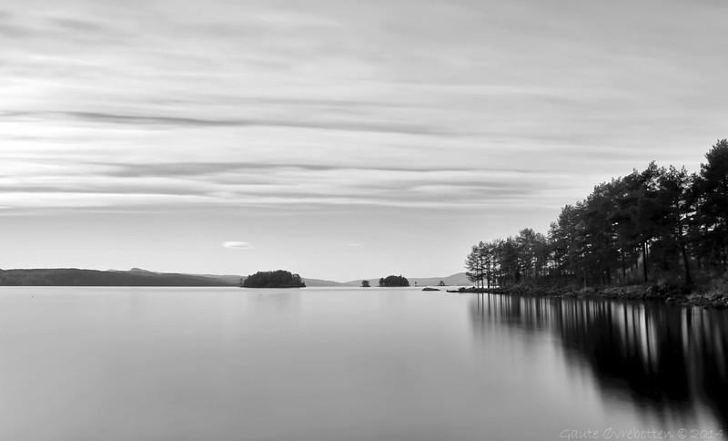 Septembermorgon ved Randsfjorden. (Eidsand. 25 s.)<br /> Fine autumn morning at Lake Randsfjorden. (Long exposure, 25 s.)