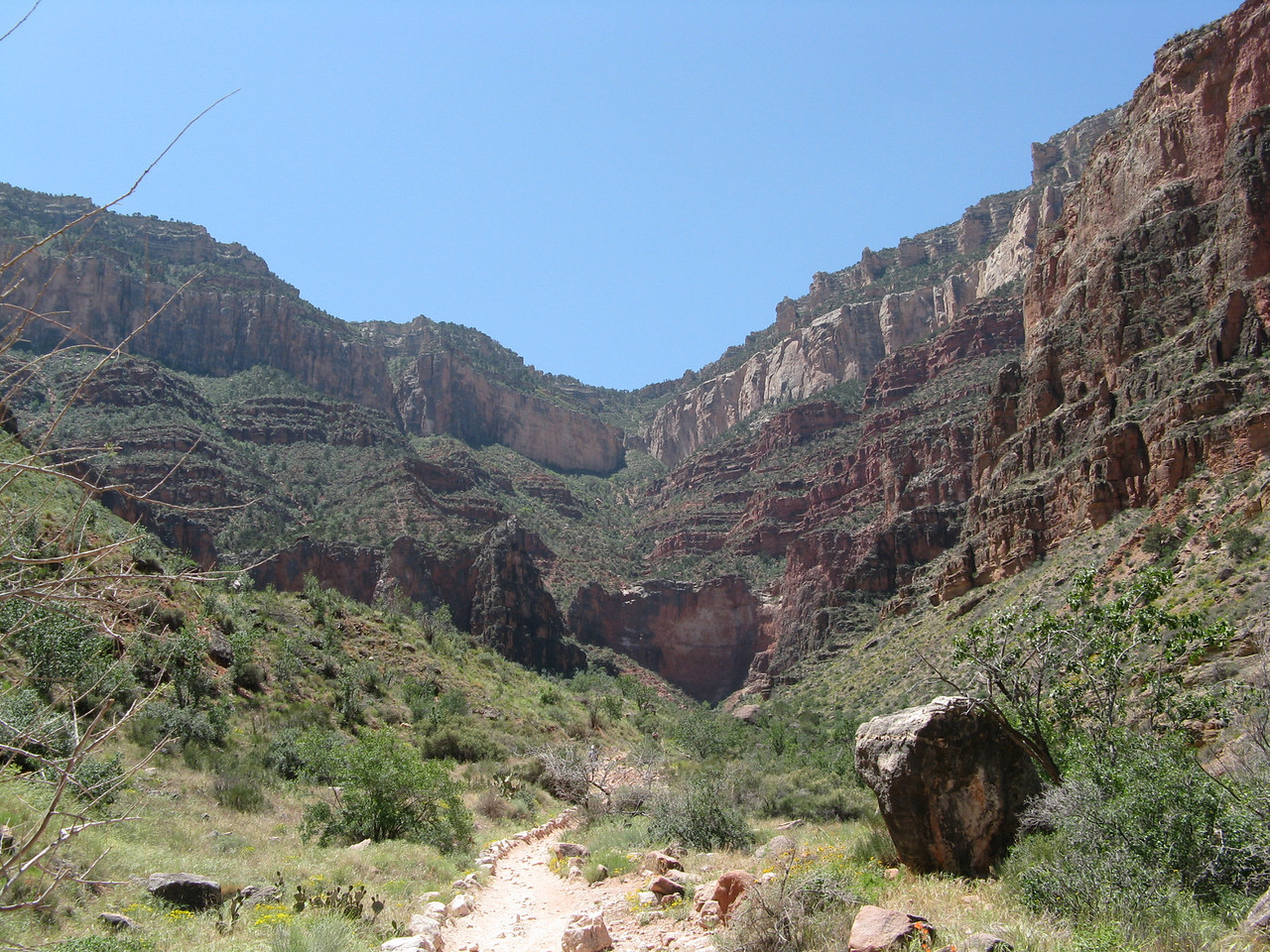 The trail runs across mildly sloping landscape that is composed of rocks which are part of the Tonto Group.  The vegetation on the Tonto Platform comprises a desert-scrub habitat.
