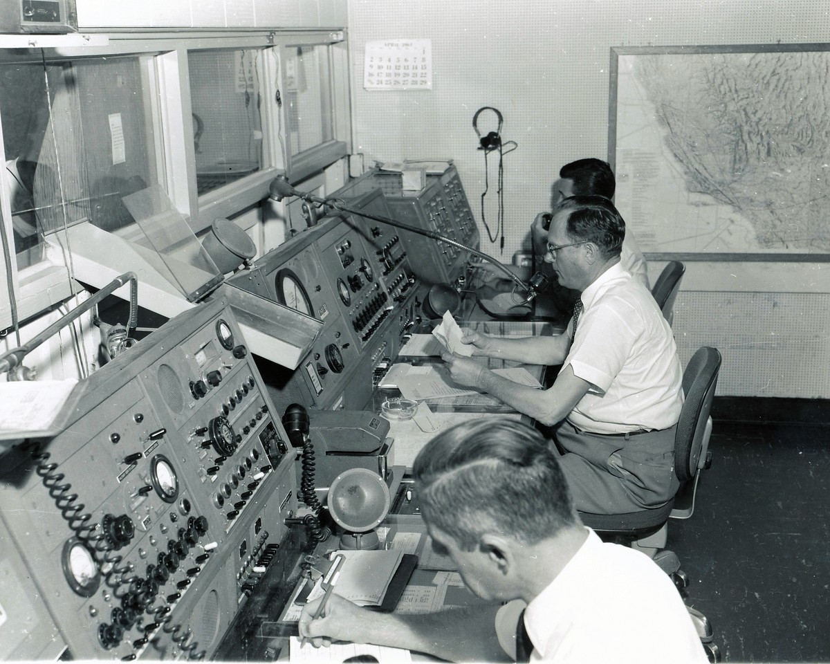 Aeronautical Radio Inc. (ARINC) radio controllers were under contract by United Air Lines to relay clearances and traffic advisories. <br /> <br /> Unfortunately no controllers advised United Flight 718 of TWA Flight 2's requested change of cruising altitude. (LostFlights Archive Photo)