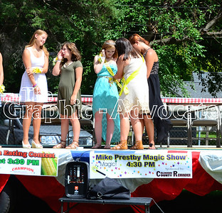 Miranda Feldhans, center, is crowned the 2016 Sweet Corn Daze Princess by 2015 Princess Ashlynn Kalous. GRAPHIC-ADVOCATE PHOTO/ERIN SOMMERS