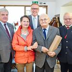 Zum 90. Geburtstag von Erwin Linsmeier gratulierten Gemeinderat Helmut Grünberger (v. l.), Elli Sommer, Bürgermeister Thomas Widrich und Gemeinderat Franz Ofner. <br /> Fotocredit: Stadt Melk / Gleiß