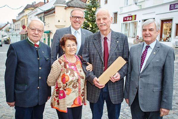 Zum 75. Geburtstag von Emil Ullmann gratulierten Gemeinderat Franz Ofner, Gattin Eva Ullmann, Bürgermeister Thomas Widrich und Gemeinderat Helmut Grünberger.<br /> Fotocredit: Stadt Melk / Gleiß